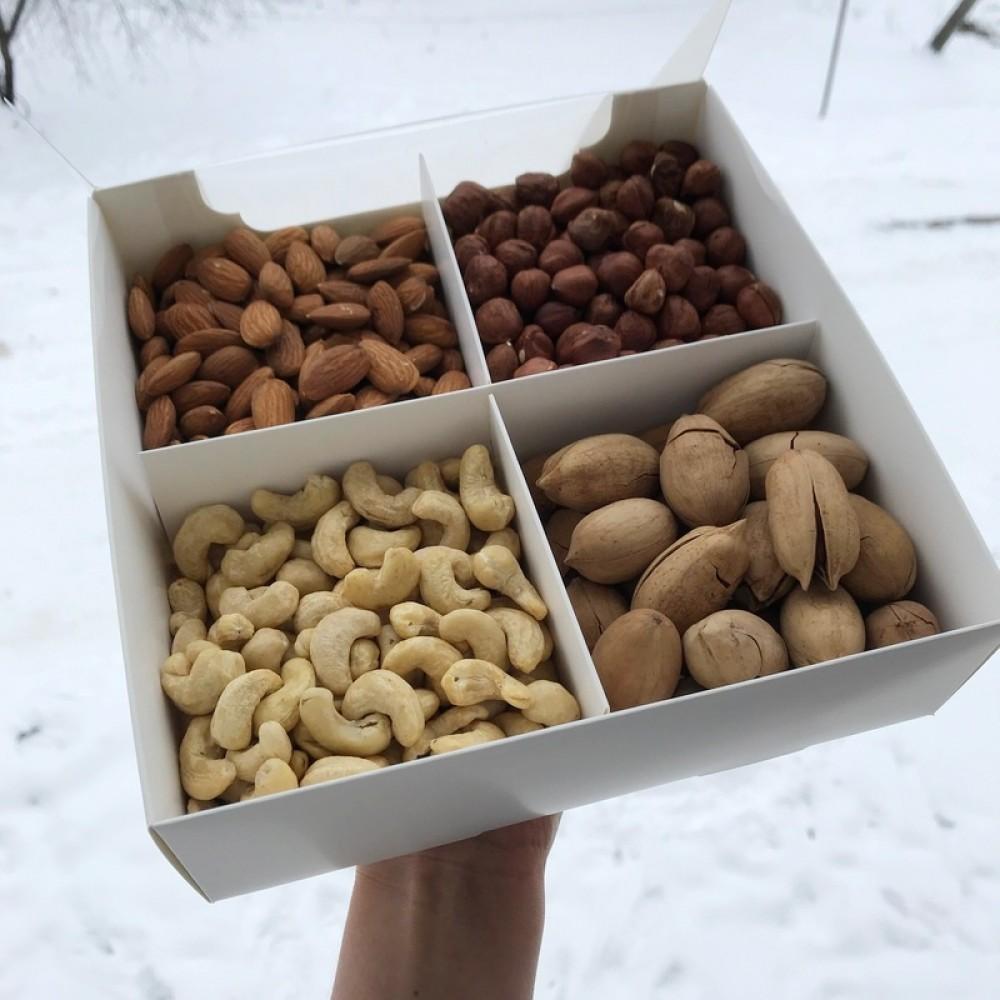 Подарункова коробка горіхів 800г